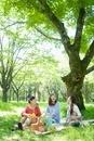 ピクニックをする3人の女性