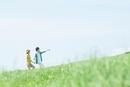 草原を歩くカップル