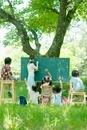 野外授業をする先生と小学生
