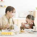 ご飯を食べる女の子と母親