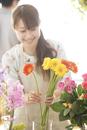 花の手入れをする花屋の店員