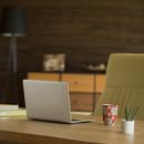 机の上のノートパソコン