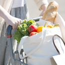 ショッピングカートを押す女性の手元