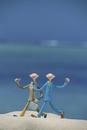 砂浜を歩くビジネスマンと海 クラフト