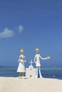 青空の下で砂浜に立つチャペルと新郎新婦 クラフト