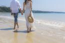 波打ち際を歩くカップルの後姿
