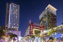 高級百貨店 BELLAVITA と ビジネスビルの夜景 台北市