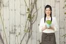 ハーブの鉢を持つ女性