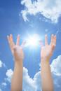 子供の手と青空と光 CG