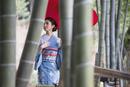 竹林を歩く着物姿の女性