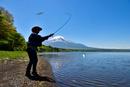 山中湖と釣り人と富士山