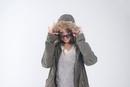 フードを被りサングラスをつけた女性