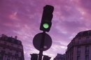 街角の信号機と夕景
