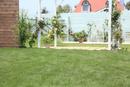 芝生のある庭の合成用背景素材