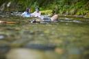 川遊びをする女の子2人
