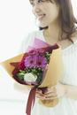 花束を持つ笑顔の女性