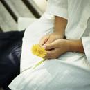 タンポポを持つ女の子の手