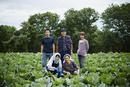 畑の中の農家ファミリー