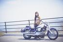 バイクの横に立つ女性