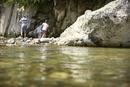川遊びをする子供達