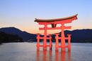宮島・厳島神社 朝焼けの広島湾とライトアップされた大鳥居