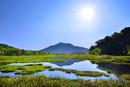 尾瀬ヶ原 池塘群に逆さ燧ヶ岳と太陽