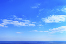 海と青空に雲