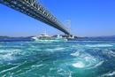 鳴門の渦潮に大鳴門橋と観潮船