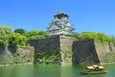 新緑の大阪城内濠を巡る御座船と天守閣