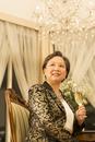 ワイングラスを手にポーズをとるシニア女性