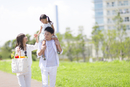 肩車して遊歩道を歩く家族