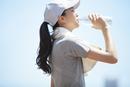 運動後にミネラルウォーターを飲む女性の横顔