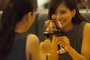 レストランで乾杯する女性