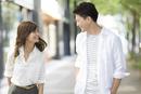 街角で笑い合う男性と女性