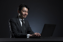 ノートPCを操作するビジネス男性