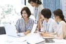 PCを見る4人のビジネス女性