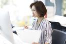 PCを見るビジネス女性