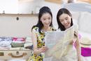 旅行の準備をする2人の女性