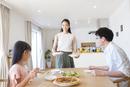 家族に食事を用意する母親
