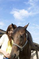 笑顔の女性と馬