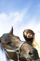 馬と笑顔の女性