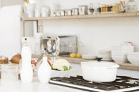 白い鍋が置いてあるキッチン
