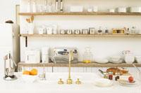 パンの置いてあるキッチンとキッチン棚