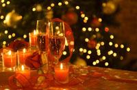 リボンとシャンパングラスとキャンドルとバラ