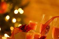 リボンとシャンパングラスとキャンドルとバラ 07800002377| 写真素材・ストックフォト・画像・イラスト素材|アマナイメージズ