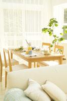 ソファと朝食が置かれたテーブル