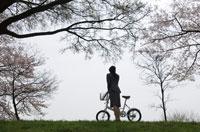 ビジネスウーマンと自転車のシルエット