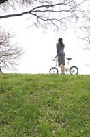 自転車を持っているビジネスウーマン