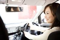運転しながら助手席の人と話す女性