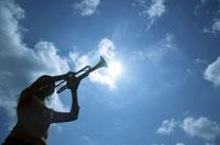 トランペットを吹いている女性